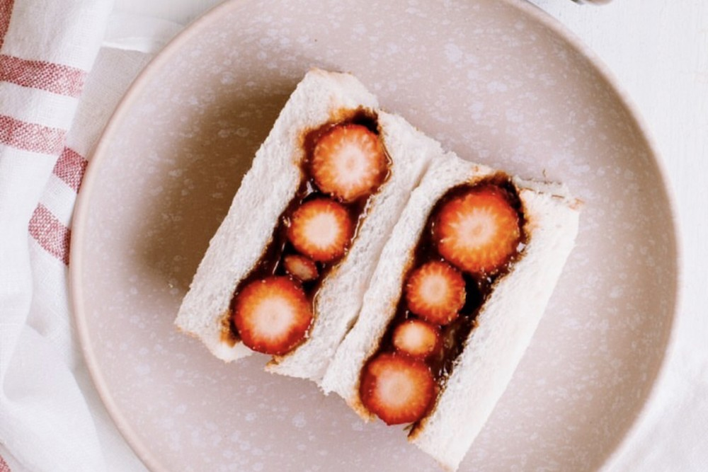 【プロに教わる、目からウロコのキャラメルレシピ】超簡単で激ウマ!! 塩キャラメルの苺サンド by pepe|CARAMELIFE