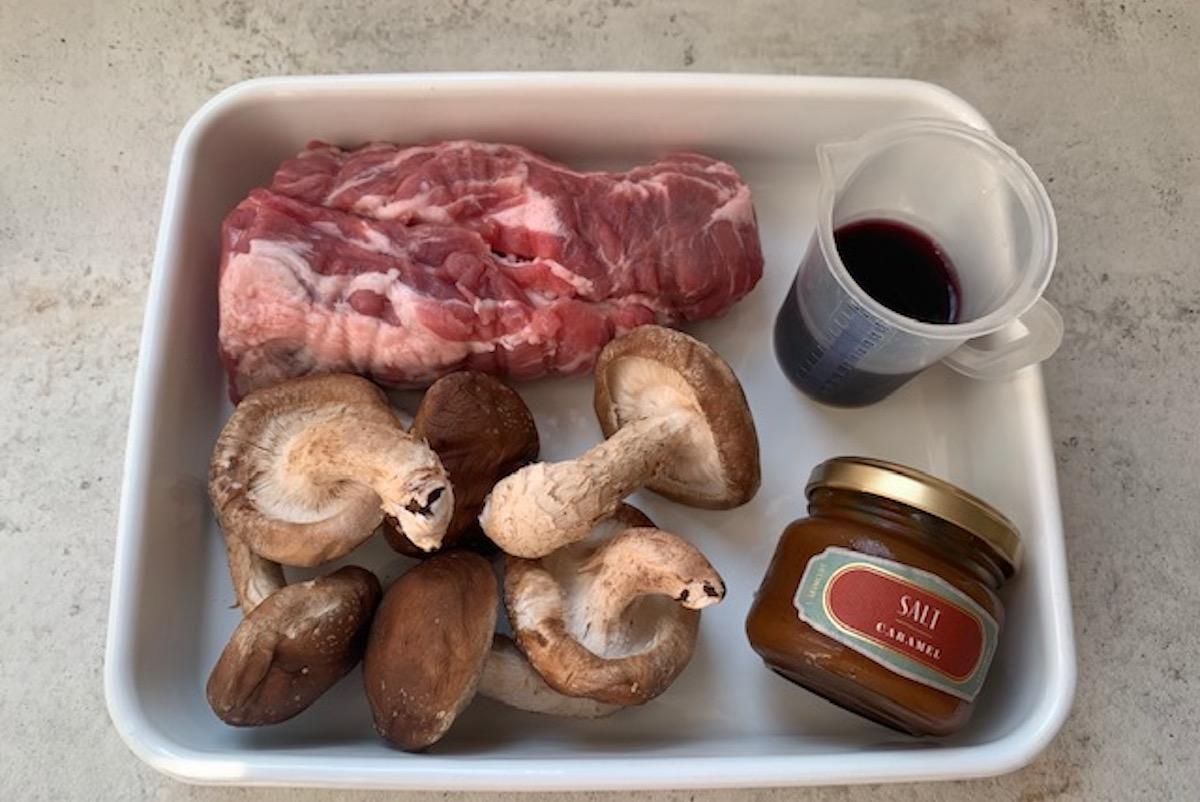 【プロに教わる、目からウロコのキャラメルレシピ】 豚と椎茸の塩キャラメル赤ワイン煮 by 渡辺麻紀|CARAMELIFE